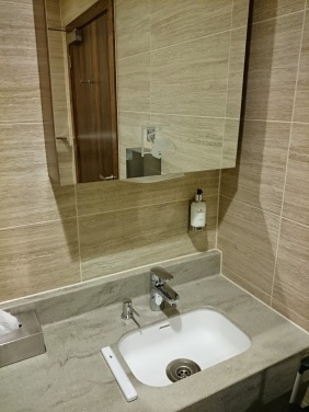 Shower room SilverKris Lounge Singapore Airlines London Heathrow Airport